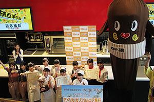前列が優勝した都立調布北高校。左から小峰直さん、 山下紗輝さん、嶋希美子さん
