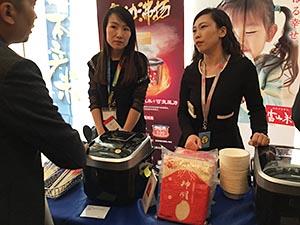 中国に輸出した日本米をピーアールする農林中金ブースでの神明