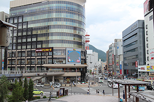 大型店の競合が過熱するJR長野駅前。9月1日には大型書店の跡地(写真左のビル)にディスカウントストア「ドン・キホーテ長野駅前店」がオープンする