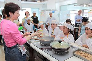親子でなめ茸のアレンジ料理に挑戦した「親子工場見学ツアー」