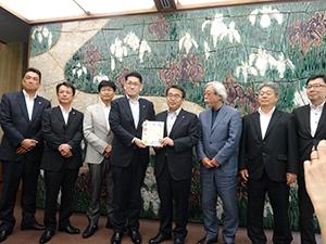 左は寺田憲一郎社長、4人目伊藤彰浩会長、5人目大村秀章知事ら関係者