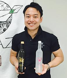 オリジナルの日本酒「オルビア」をPRする稲川琢磨社長