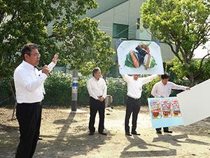 「パッカンおにぎり」を説明する伊藤ハムの松本祥吾部長(左端)
