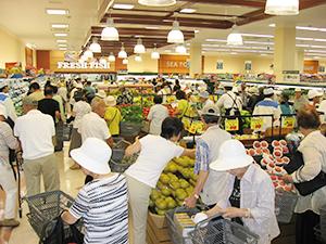 7月の夏物商戦は活況となった=札幌市内スーパー