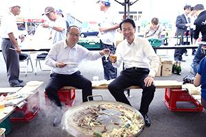 乾杯するセコマ丸谷智保社長(左)と前田康吉滝川市長