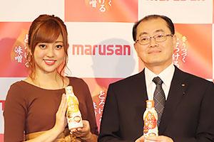 渡辺邦康社長(右)と菊地亜美