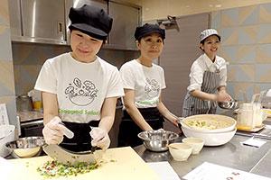 サラダ専用カウンターでは、 目の前で野菜をカッティング