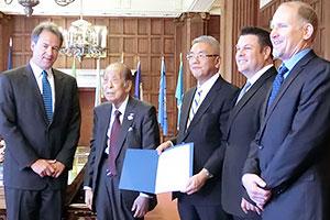 左からスティーブ・バロック州知事、澤田浩会長、パスタモンタナ社の経営幹部ら