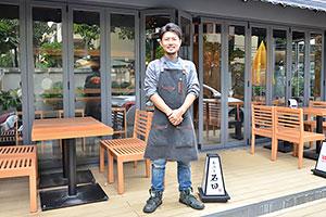 「あぶり石田」を切り盛りする石田健一郎さん=バンコク・スクンビット地区で、 小堀晋一が8月25日写す