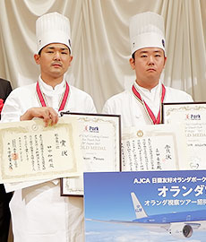 賞状などを手にするウェスティンナゴヤキャッスルの田中伸明氏(左)と長田竜弥氏
