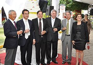 ニチレイブラジル農産20周年記念式典で現地経営幹部と。左から二人目が筆者(2011年)