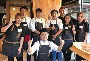 人気店となった「あぶり石田」の石田健一郎さん(前列)とスタッフたち=バンコク・スクンビット地区で。提供写真