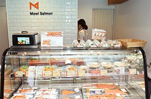 サンドイッチやサラダセットなど、高品質サーモンを使った多彩なメニューを展開