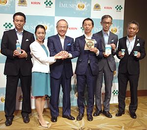 「iMUSE」の発売に期待感を示す磯崎功典キリンHD社長(左から3人目)ら