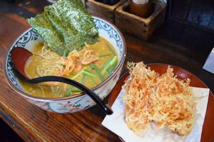 特製カレーそば(650円)(左)と桜えびかき揚げ(350円)
