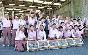 17年産ワインの仕込み式に臨む代野照幸社長(後列左から5人目)ら