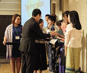 表彰ディナーパーティーで1位の表彰を受けるEチームの6ヵ国の高校生ら