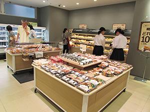 店内調理の弁当・惣菜・ベーカリーで売上げの30%、生鮮3品で16%を見込む。1日来店客数の目標は1000人