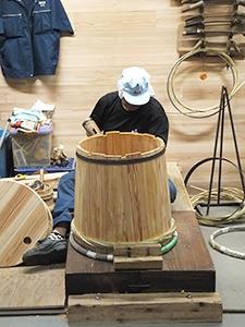 樽酒マイスターファクトリーでは、職人による樽づくりの様子を見学できる