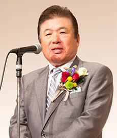 謝辞を述べる新井泰道氏