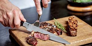 高級ステーキ店で調理される神戸牛