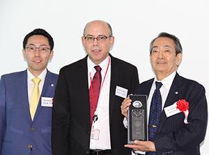 デュポン賞受賞式でトロフィーを手にする杉山仁朗富士特殊紙業会長(右)と杉山真一郎社長(左)