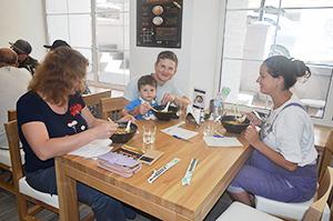 家族でラーメンを楽しむ(写真提供=農林水産省)