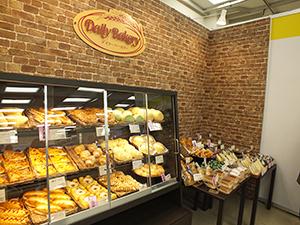 コンパクトな売場で焼きたてパンを提案する「デイリーベーカリー」
