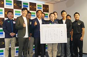 減量に成功したスタッフらと澤田貴司社長(前列左から2人目)