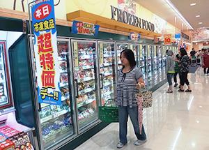 札幌市内スーパーの冷凍食品売場