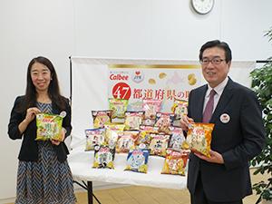 伊藤秀二社長(右)と荒木友紀課長