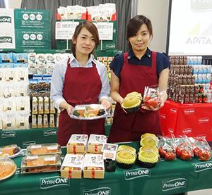 プライムワンフレッシュをアピールする食品本部の徳田恵子さん(右)と横地里香さん