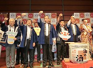 乾杯する壱岐正志常務理事(中央)と蔵元や行政の代表者