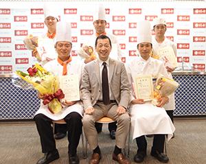 赤塚保正社長(前列中央)と5人のファイナリスト