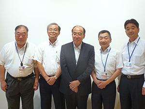 大山徳泰執行役員同センター長(左から二人目)、山田雄司執行役員中央研究所長(中央)をはじめクリエイションセンターを支えるメンバー