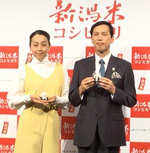 浅田真央(左)と五十嵐正美県本部長