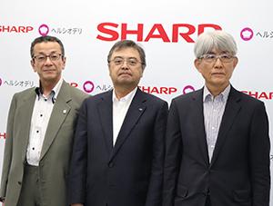 左からタイヘイの太田健治郎社長、シャープの長谷川祥典専務執行役員、ぐるなびの久保征一郎社長
