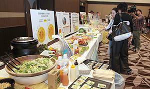 増加する訪日外国人観光客のメニュー提案が関心を集めた(ナガレイ夏季総合食品フェア・6月長野市)