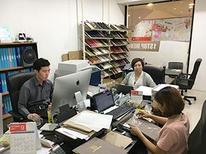繁盛飲食店サポート企業「ウィングッド」が展開する「メニューデザイン研究所」のタイ支社長、近藤かおりさん(中央奥)=タイ・バンコクで小堀晋一が9月20日写す