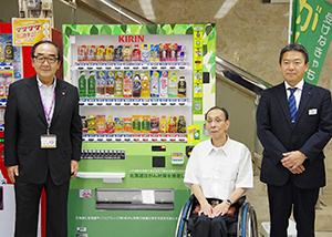 障がい者福祉連合会の代表(中)と記念撮影する岩倉博文苫小牧市長(左)、北海道キリンビバレッジ明月岳人社長