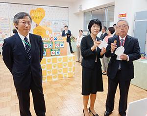 右から伊藤滋会長、新井ゆたか審議官、木村均専務理事