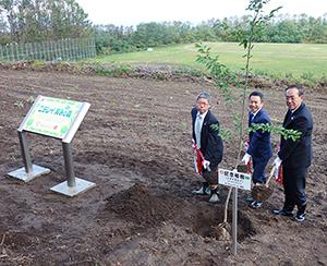 記念植樹を行う(右から)梶谷惠造町長、大櫛顕也社長、小田原輝和北海道渡島総合振興局長