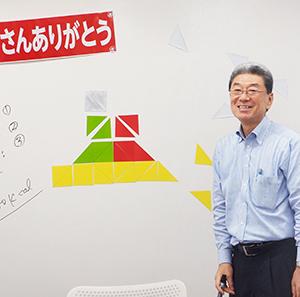 折り紙ダイエットハウスを説明する茅野文義社長