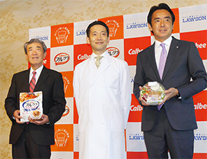 左から松本晃カルビー会長兼CEO、山田悟食・楽・健康協会代表理事、竹増貞信ローソン社長