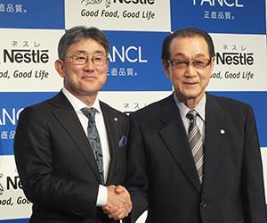 高岡浩三ネスレ日本社長兼CEO(左)と池森賢二ファンケル会長執行役員ファウンダー
