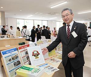 新設した多目的ホールを紹介する宮坂正晴社長
