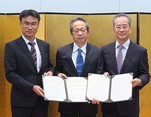 右から陳郁然董事長、堀内達生社長、陳吉仲・台湾行政院農業委員會副主任委員