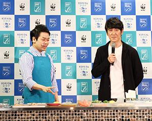 ココリコの田中直樹氏(右)と松橋周太呂氏が軽妙なトークで料理を実演