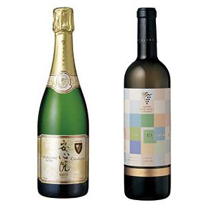 安心院ワイン シャルドネ リザーブ(右)と安心院スパークリングワイン(受賞ワインとはビンテージが異なる)