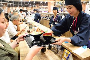 市場から直接仕入れた鮮魚を使用した寿司や海鮮丼を提供(イオンスタイル神戸南)